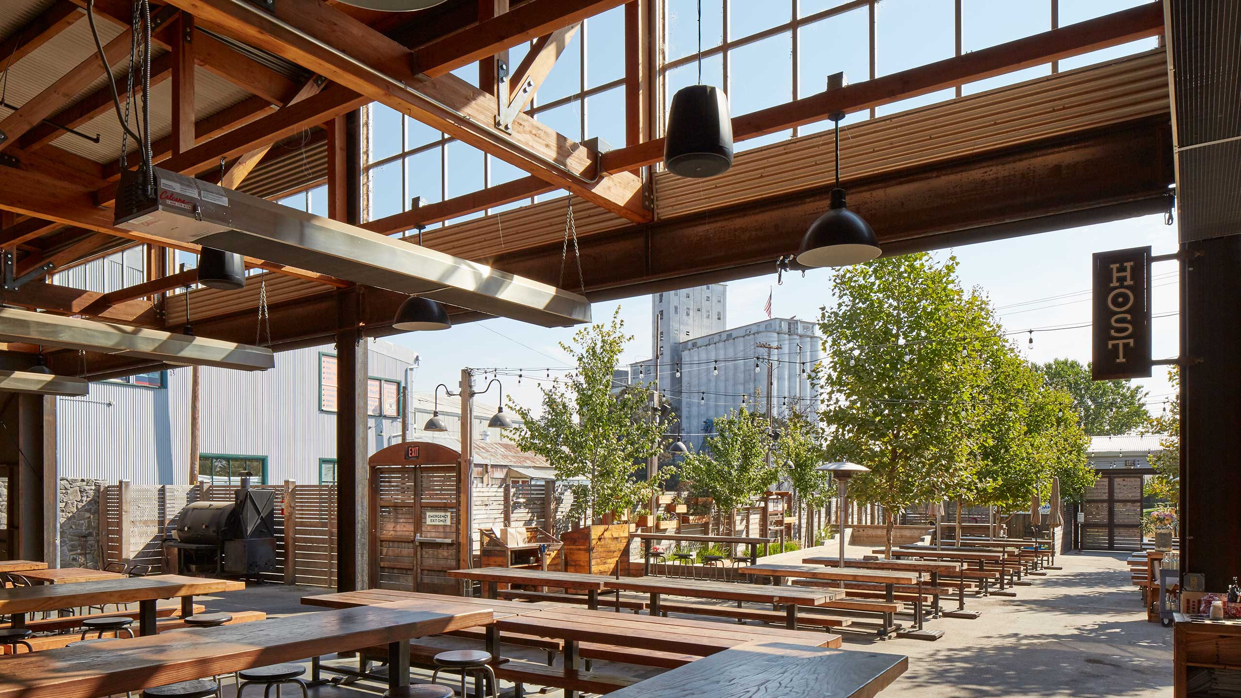 Petaluma-Restaurant-Design-Brewsters-Roof-structure-and-in-and-outdoor-seating-area