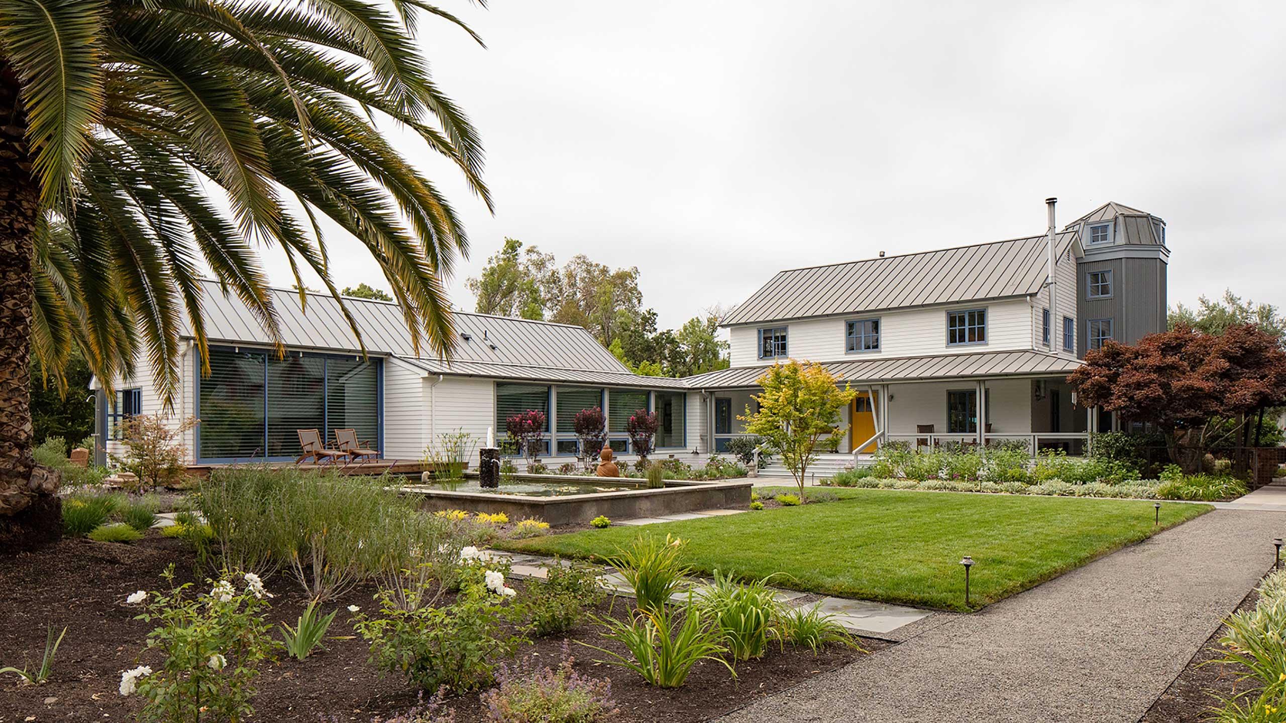Napa-Farmhouse-houses-around-courtyard